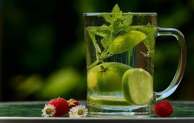 Woda z limonką i miętą