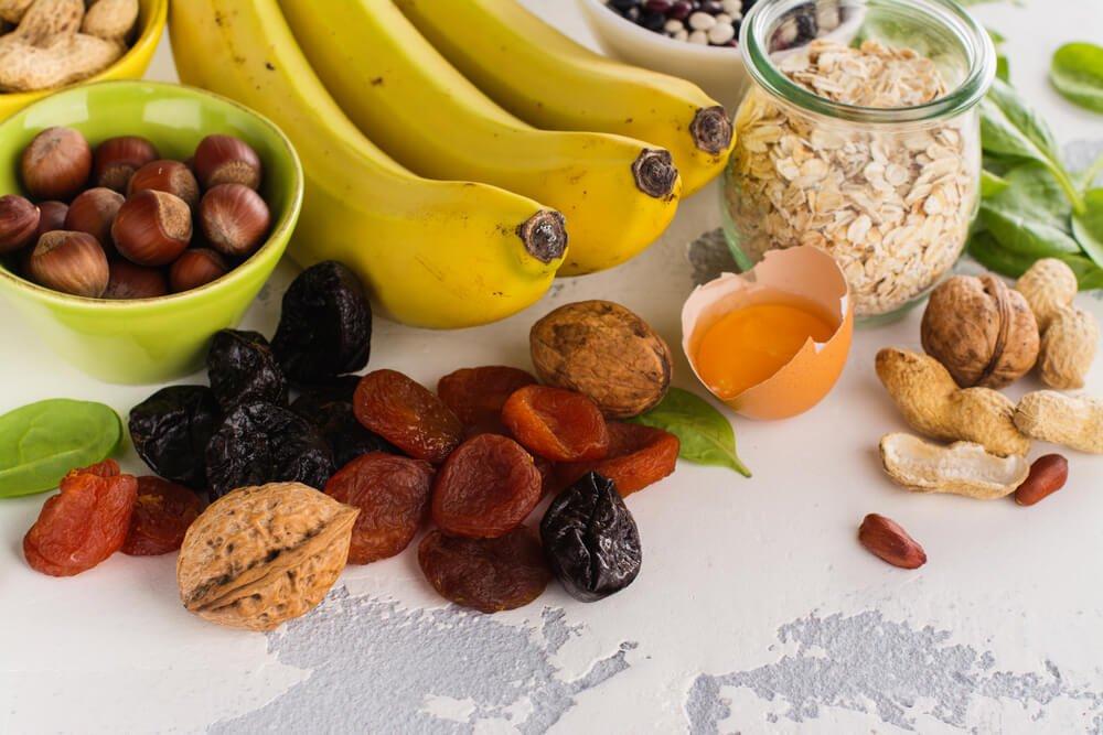 Banany, suszone owoce i orzechy na kamiennym blacie