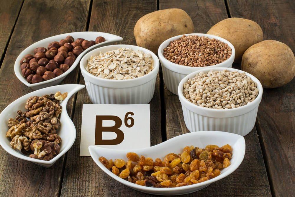 """Orzechy i nasiona w miseczkach, obok ziemniaki, pomiędzy nimi kartonik z napisem """"B6"""""""