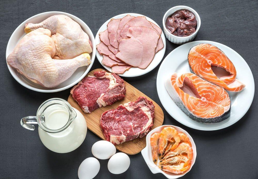 produkty na stole: mięso, wędlina, owoce morza, mleko, jaja