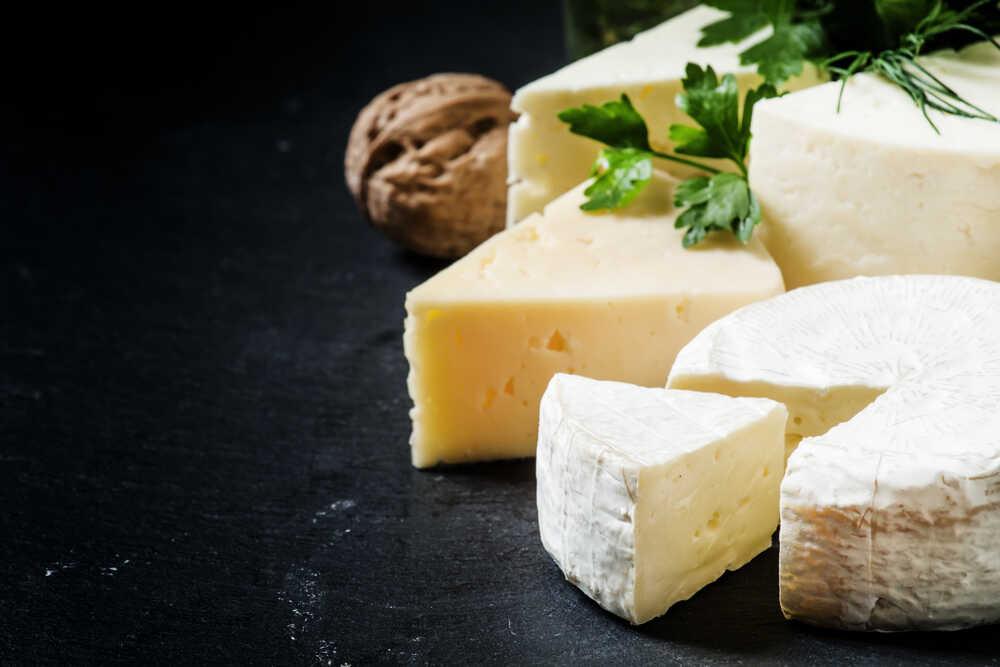 Kilka rodzajów sera na blacie