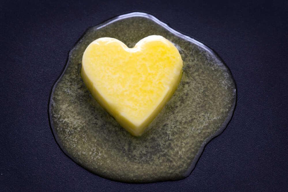 Masło w kształcie serduszka roztopione na patelni